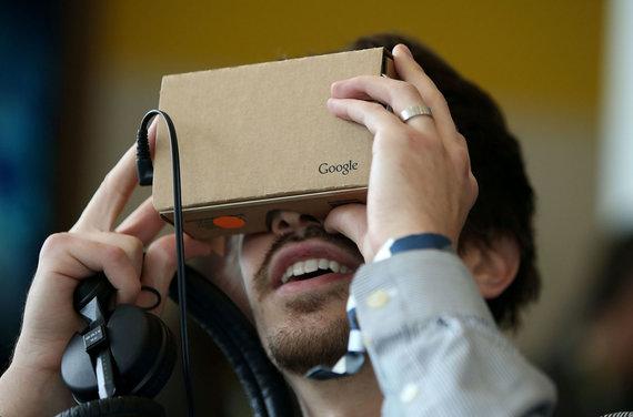 """AFP/""""Scanpix"""" nuotr./""""Google Cardboard"""" virtualios realybės akinių rėmas"""