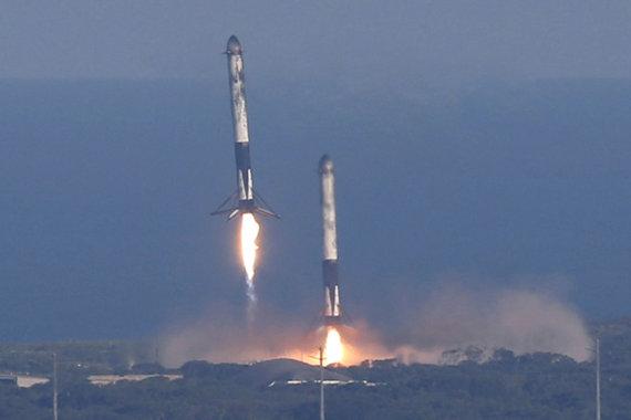 """""""Reuters""""/""""Scanpix"""" nuotr./Leidžiasi dvi """"Falcon Heavy"""" pakopos"""