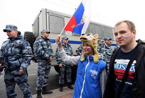 """AFP/""""Scanpix"""" nuotr./Maskvos gatvėse žmonės šventė Rusijos rinktinės pergalę prieš Ispaniją."""