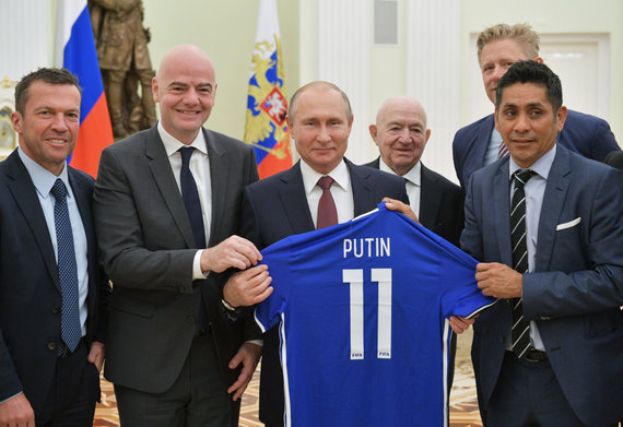 """""""Scanpix"""" nuotr./Kremliuje Vladimiras Putinas sukvietė legendinius futbolininkus ir FIFA prezidentą G.Infantino."""