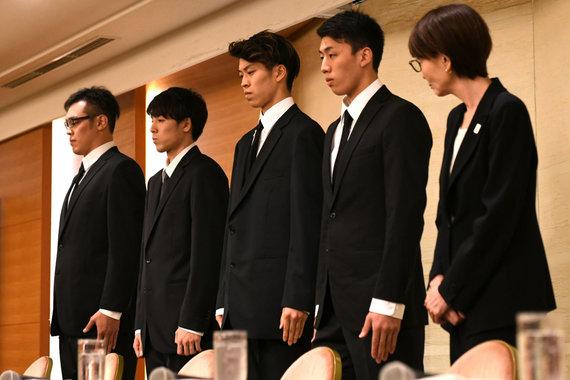 """""""Scanpix""""/AP nuotr./Į sekso skandalą patekę keturi Japonijos krepšininkai, o taip pat krepšinio asociacijos atstovai viešai atsiprašė."""