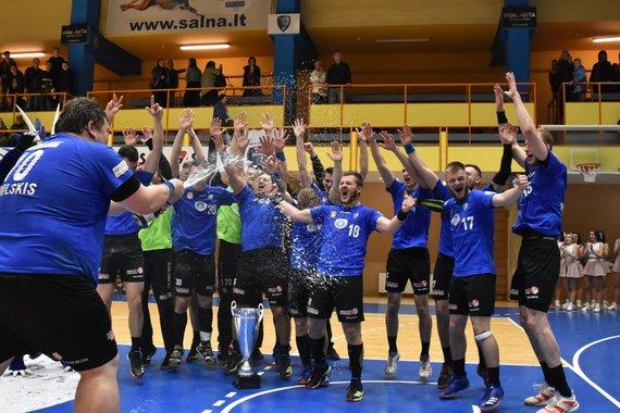 """RK """"Dragūnas"""" nuotr./G.Cibulskis liejo šampaną, kai Klaipėdos """"Dragūno"""" rankininkai devintą kartą tapo šalies čempionais."""