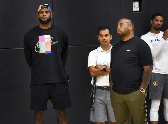 """""""Scanpix"""" nuotr./""""Los Angeles Lakers"""" lyderis LeBronas Jamesas (kairėje) klausėsi spaudos konferencijos iš šalies."""
