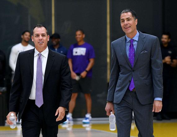 """""""Scanpix"""" nuotr./""""Los Angeles Lakers"""" naujasis treneris Frankas Vogelis ir vadovas Robas Pelinka (dešinėje)."""