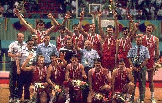 TSRS rinktinė ir Valerijus Goborovas (stovi dešinėje)