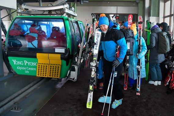 """""""Scanpix"""" nuotr./Kalnų slidininkės grįžta, kai buvo nukeltos didžiojo slalomo varžybos."""