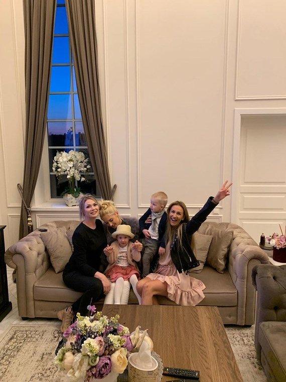 Asmeninio albumo nuotr./Natalijos Bunkės įkurtuvių naujuose namuose akimirka