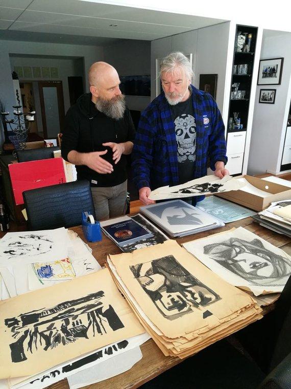 Juozapo Blažiūno nuotr./Mindaugas Simankevičius (dešinėje) rodo savo tėvo Viktoro Simankevičiaus grafikos darbus.
