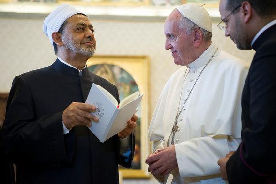 """""""Scanpix""""/AP nuotr./Šeikas Ahmed el-Tayyib, Al-Azharo mečetės Didysis imamas su popiežiumi Pranciškumi 2016 m. gegužę."""