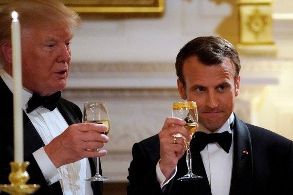 """""""Reuters""""/""""Scanpix"""" nuotr./Donaldas Trumpas ir Emmanuelis Macronas iškilmingos vakarienės metu"""