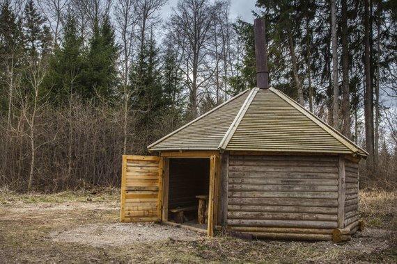 Jono Danausko nuotr./Rekonstruotas A.Matulionio medžioklės namelis Vidumiškio miškuose