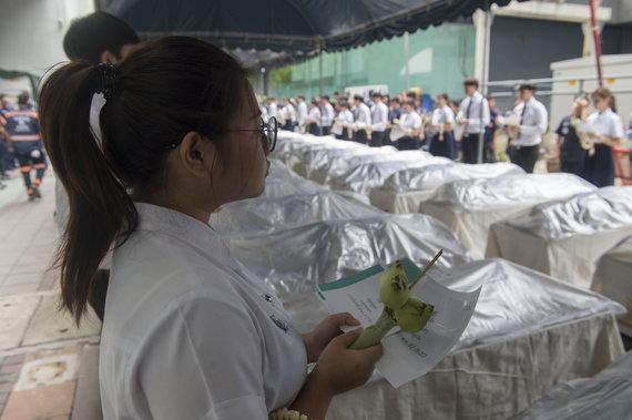 """AFP/""""Scanpix"""" nuotr./Tailande medicinos studentai atsisveikino su kūnais, padėjusiais gilinti jų žinias"""