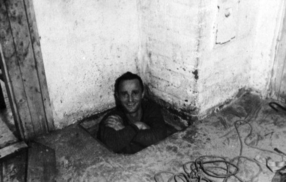 """Leidyklos nuotr./ Vokiečių sargybinis K. Griese'ė, pravarde Gumakaklis, aptiktame tunelyje """"Tomas"""""""