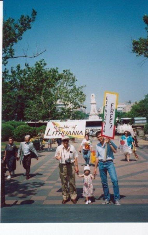 Asmeninio archyvo nuotr./Lindrė su seneliu ir tėčiu prie Kapitolijaus 1990 m.