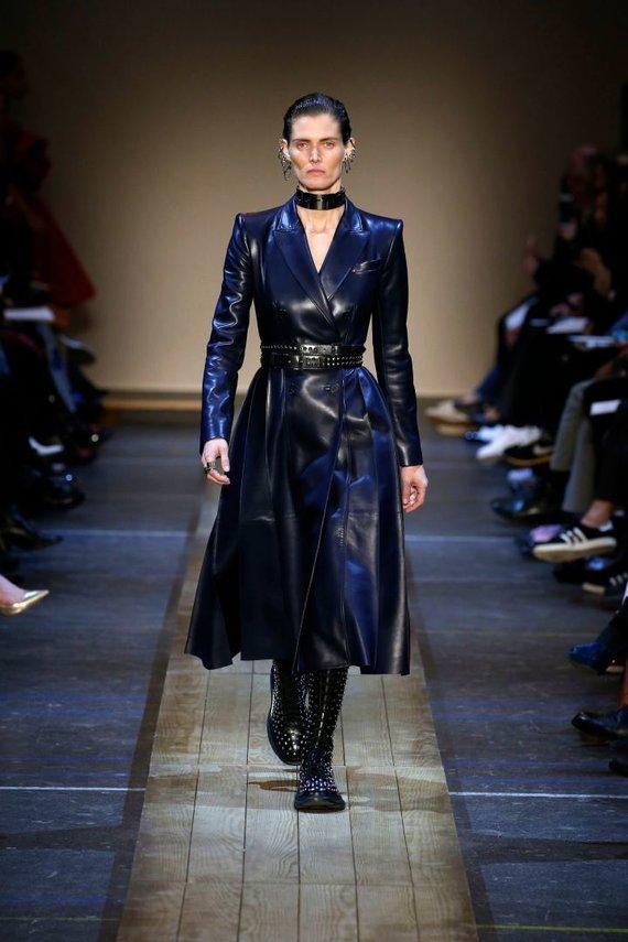 "Vida Press nuotr./""Alexander McQueen"" 2019–2020 m. rudens ir žiemos kolekcijos modelis"