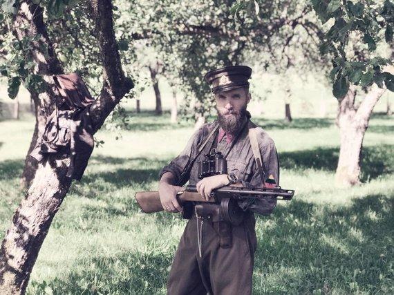 """Asmeninio archyvo nuotr./G.Paulauskas filmo """"Partizano keliu"""" filmavimo aikštelėje"""