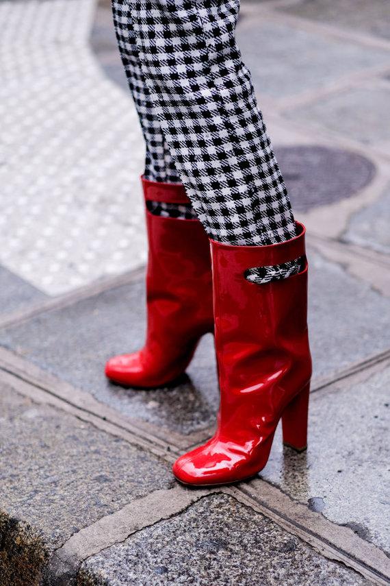 Vida Press nuotr./Gatvės stilius: raudoni aukštakulniai