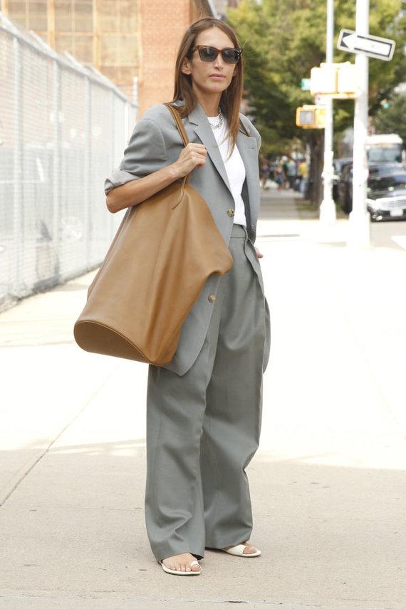 Vida Press nuotr./Gatvės stilius: didžiulė rankinė-krepšys