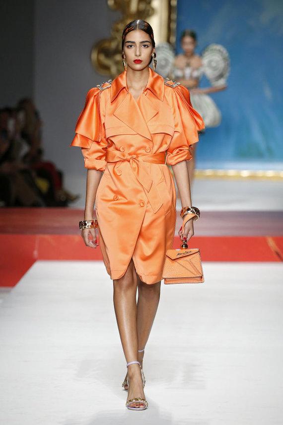 """Vida Press nuotr./""""Moschino"""" 2020 pavasario ir vasaros kolekcijos modelis"""