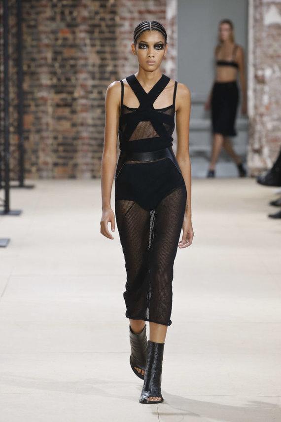 """Vida Press nuotr./""""Ann Demeulemeester"""" 2020 m. pavasario ir vasaros kolekcijos modelis"""