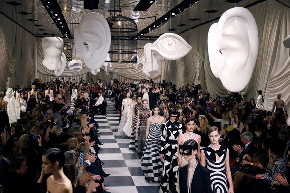 """""""Reuters""""/""""Scanpix"""" nuotr./""""Christian Dior"""" aukštosios mados pavasario ir vasaros kolekcijos pristatymas Paryžiuje"""