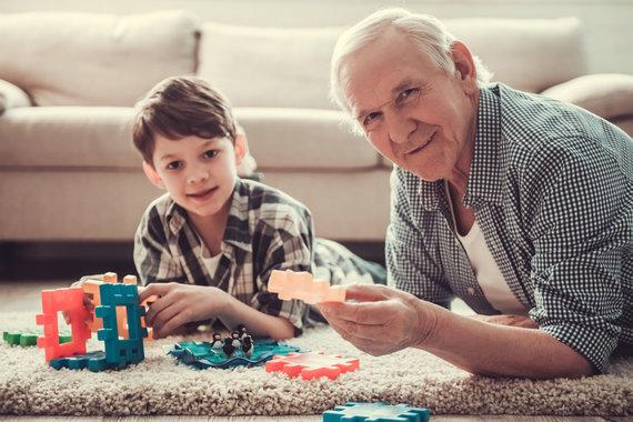 123RF.com nuotr./Senelis žaidžia su anūku