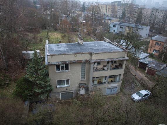 15min skaitytojo nuotr./Vaizdas į Miglos g. 55 pastatą pro kaimynės langą