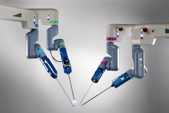 """Transenterix nuotr./Keturios robotinės sistemos """"Senhance"""" rankos"""