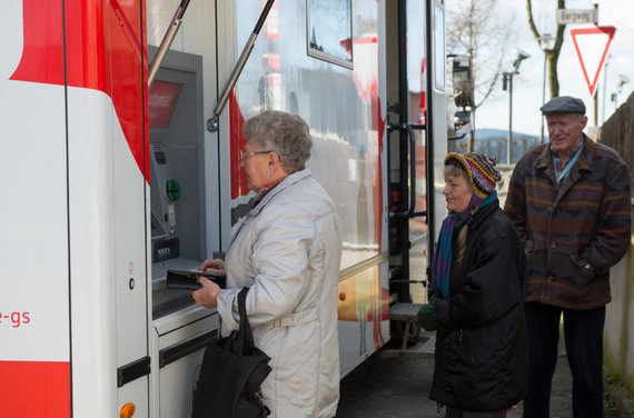 """AFP/""""Scanpix"""" nuotr./Bankas ant ratų Vokietijoje"""