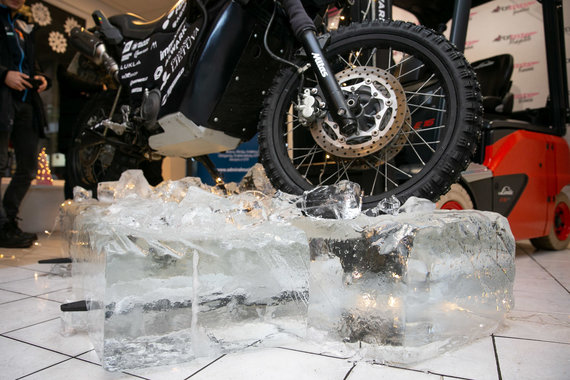 Žygimanto Gedvilos / 15min nuotr./Atšiauriausioms sąlygoms paruošto motociklo pristatymas