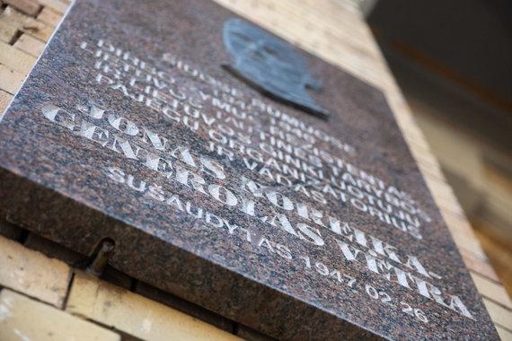 Žygimanto Gedvilos / 15min nuotr./Prie Vrublevskių bibliotekos atvežta Jono Noreikos-Generolo Vėtros atminimo lenta