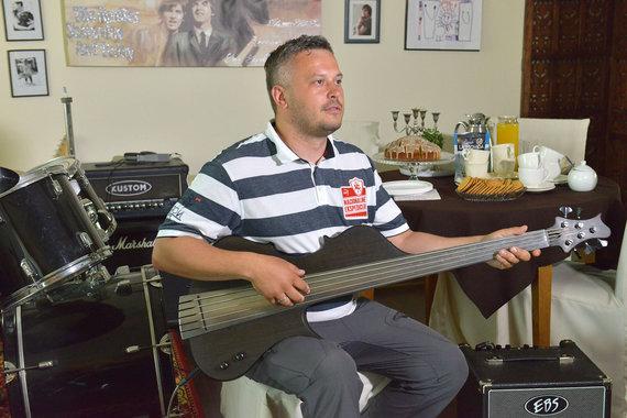 Andriaus Lygnugario nuotr/Restoranų vadovas someljė Arminas Darasevičius su juodojo ąžuolo kurio amžius siekė 2110 metų gitara rankose
