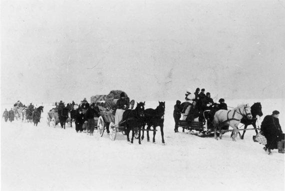 Leidyklos nuotr./Rytų Prūsijos pabėgėliai keliauja į Vakarus. Daugeliui vokiečių civilių sovietų kariuomenės artėjimas kėlė panišką siaubą.