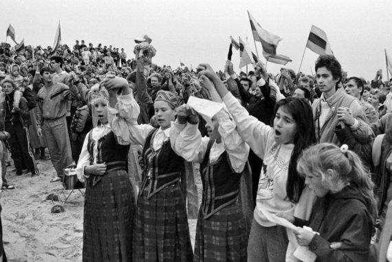 """Vytauto Daraškevičiaus nuotr./Akimirkos iš ekologinės-politinės akcijos """"Apkabinkime Baltiją"""""""