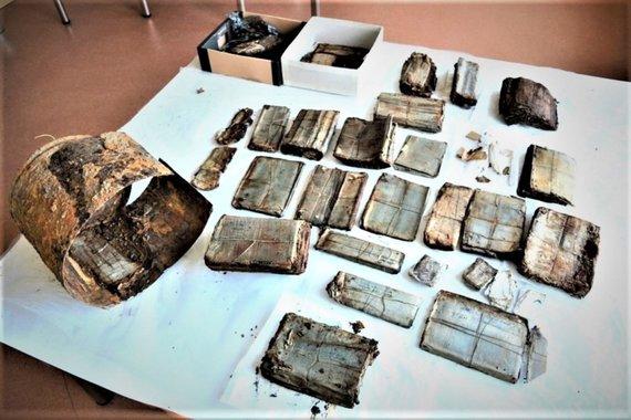 """LYA / """"Literatūras ir menas"""" nuotr./2016 m. rugsėjo mėn. Marijampolės r. Balsupių k. rasti Tauro apygardos dokumentai ir bidono, į kurį jie buvo sudėti, liekanos"""