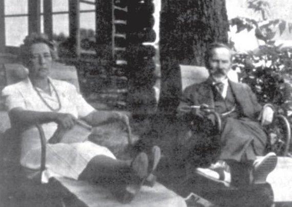 Algimanto Liekio nuotr./Prezidentas A.Smetona su žmona Sofija poilsio valandėlę JAV (Klivlendas, 1943 m.)