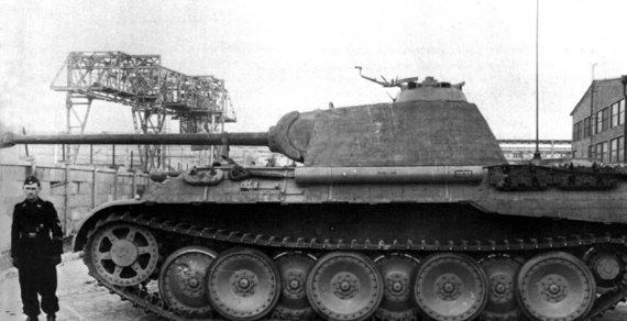 """Leidyklos """"Briedis"""" nuotr./Tik ką iš gamyklos išvažiavusi """"pantera"""". Tankas dar be skiriamųjų ženklų ir priskirto numerio"""