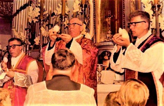Lietuvos ypatingojo archyvo nuotr./Kunigas Juozas Zdebskis aukoja Šv. Mišias. Iš kairės: 2. vyskupas Vincentas Sladkevičius, 3. kunigas J. Zdebskis. Ne vėliau kaip 1986 m. vasario 5 d.