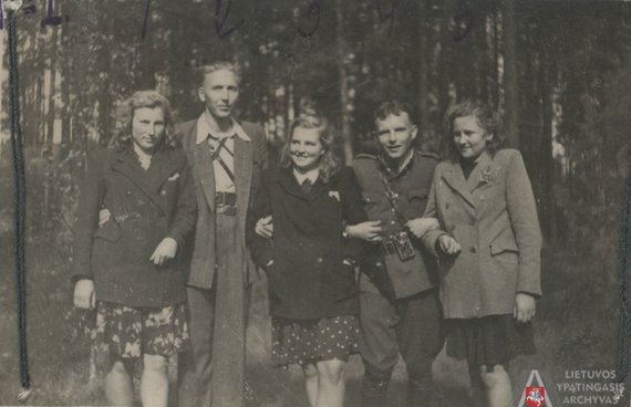 Lietuvos ypatingojo archyvo nuotr./Tauro apygardos partizanai su ryšininkėmis. Iš kairės: 1. Tauro apygardos štabo ryšininkė Marcelė Šalčiūtė-Zosė (g. 1923 m.), 2. Tauro apygardos vadas Viktoras Vitkauskas-Saidokas, Karijotas (žuvo 1951 m.), 3. Ižganaitytė Kazė, 4. Tauro apygardos Žalgirio rinktinės vadas [Juozas Jankauskas]-Demonas,