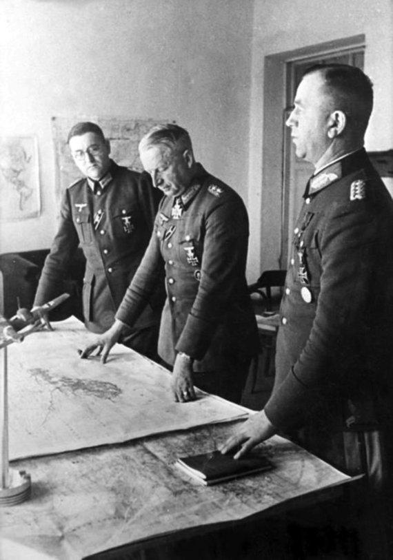 Leidyklos nuotr./E. von Mansteinas nagrinėja būsimų karo veiksmų žemėlapį.