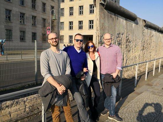 Asmeninio archyvo nuotr./Arvydas Užolas su žmona Jolanta, sūnumi Mariumi (dešinėje) ir Luku (kairėje) prie sienos praėjus trisdešimčiai metų po pabėgimo