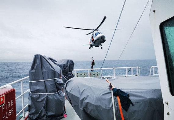Juozo Liepuoniaus nuotr./Štai taip į laivus įsodinami locmanai nepatogiomis oro sąlygomis