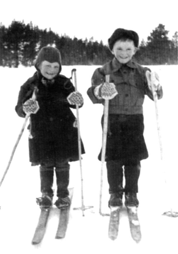 Leidyklos / Marttos Ruhos archyvo nuotr./Marttai Ruhai su broliu Erkkiu Vitikka Lokoje pavyko pabėgti nuo užpuolikų. Tvarte sudegusios jų motinos palaikai buvo surinkti ir sudėti į maišą. 2011 m. vasarą brolis ir sesuo nusifotografavo partizanų poilsio vietoje prie Sotatunturio kalno