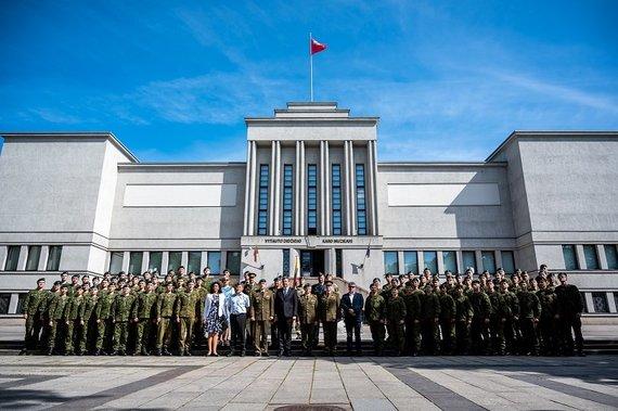Vytauto Didžiojo karo muziejaus nuotr./Jaunesniųjų karininkų vadų mokymus baigė 74 aukštųjų mokyklų studentai