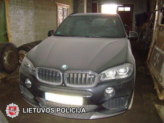 Marijampolės apskr. VPK nuotr./Marijampolėje, Sasnavos g. garaže rasti pavogti BMW automobiliai