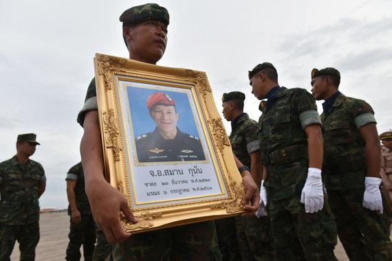 "AFP/""Scanpix"" nuotr./Kareivis laiko Samano Gunano portretą"
