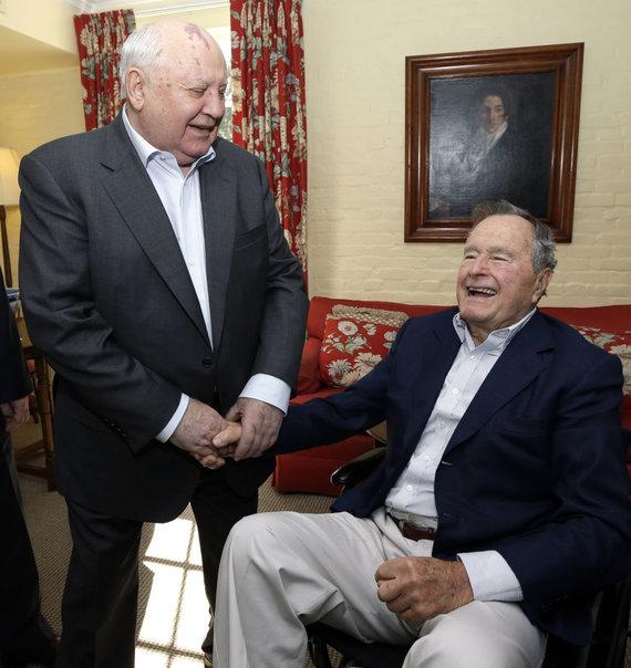 """""""Scanpix""""/AP nuotr./Michailas Gorbačiovas ir George'as H.W.Bushas"""