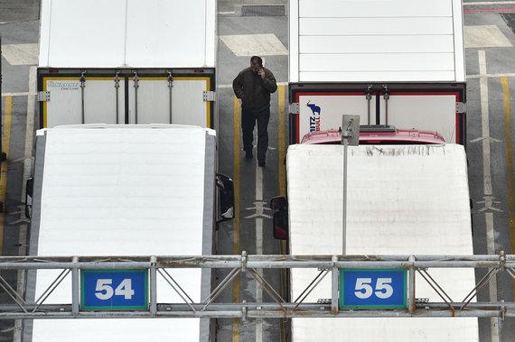"""AFP/""""Scanpix"""" nuotr./Sunkvežimiai Doverio uoste"""
