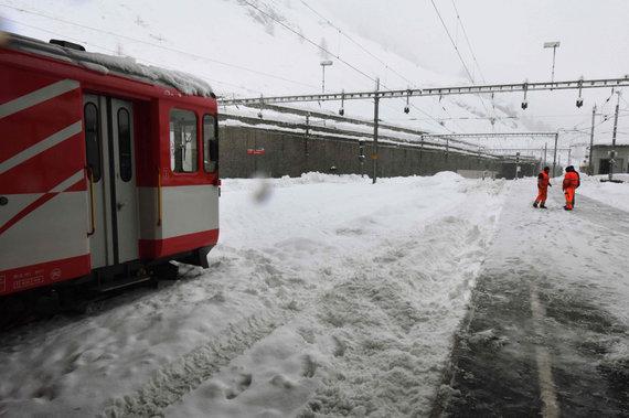 """AFP/""""Scanpix"""" nuotr./Gausus sniegas Šveicarijos Alpių kurorte Cermate"""