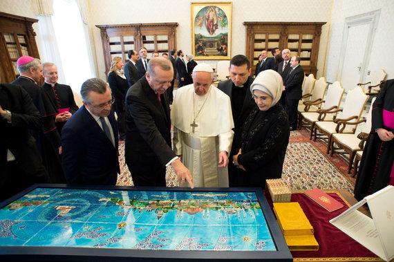 """AFP/""""Scanpix"""" nuotr./Recepas Tayyipas Erdoganas ir Popiežius Pranciškus"""